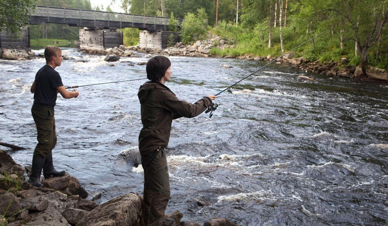 Kalastajia Möhkönkoskilla