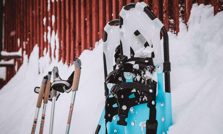 Lumikengät ja sauvat odottavat käyttäjäänsä. Kuva Terhi Ilosaari.