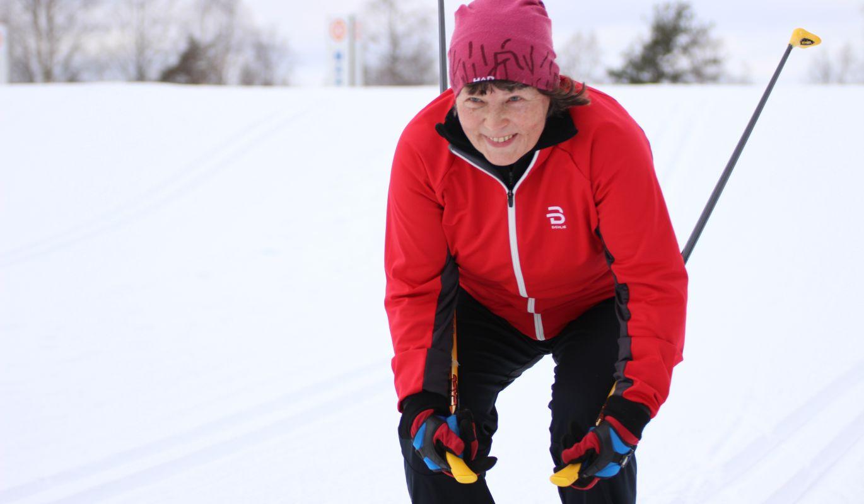 Iloinen hiihtäjä hiihtolomalla