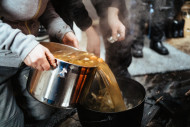 Keittoa kaadetaan pataan Jänissaaren luontotukikohdassa