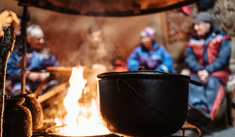 Keittopata nuotiolla Jänissaaren luontotukikohdassa