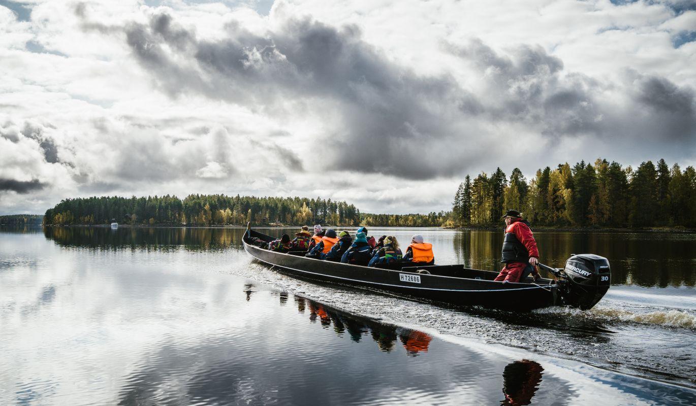 Jokivene lipuu tyynellä Koitajoella