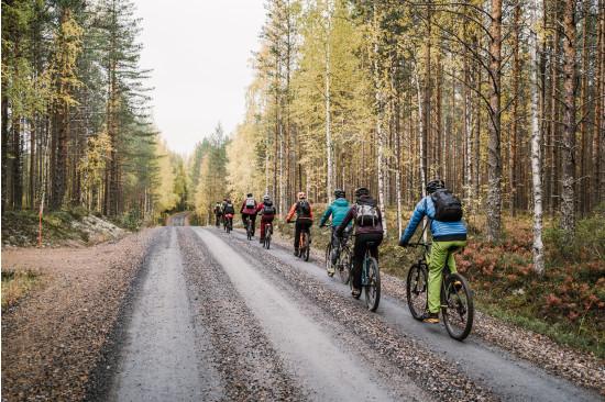 Pyöräilijät matkalla Petkeljärveltä Möhköön